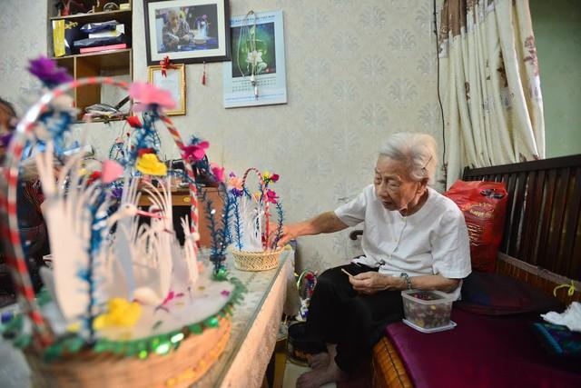 Ngây ngất dàn thiên nga bông giữa phố Cổ của cụ bà 91 tuổi - Ảnh 2.