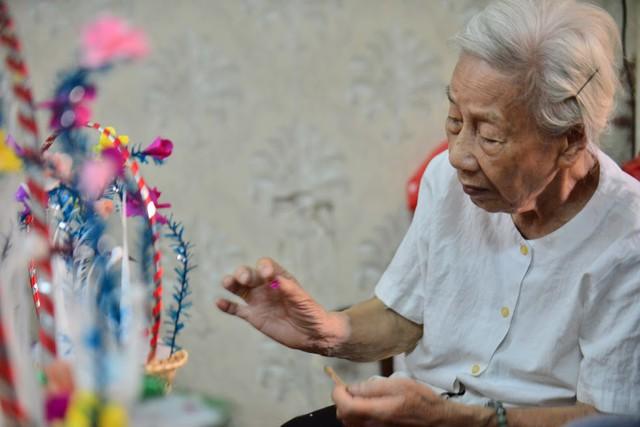 Ngây ngất dàn thiên nga bông giữa phố Cổ của cụ bà 91 tuổi - Ảnh 4.