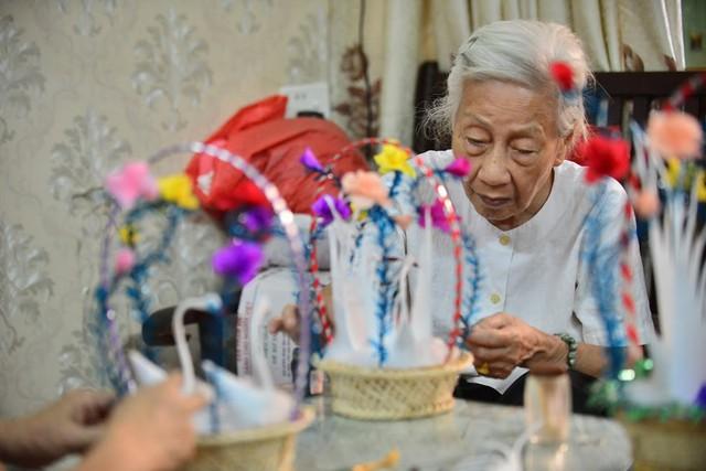 Ngây ngất dàn thiên nga bông giữa phố Cổ của cụ bà 91 tuổi - Ảnh 3.