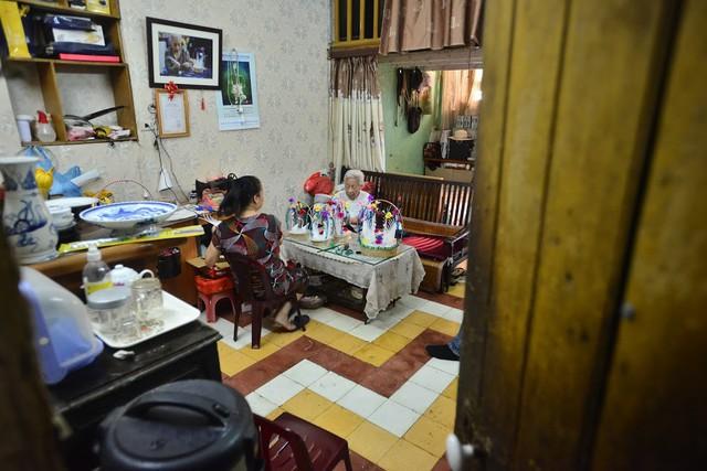 Ngây ngất dàn thiên nga bông giữa phố Cổ của cụ bà 91 tuổi - Ảnh 1.