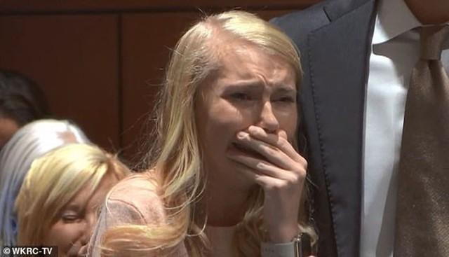 Hot girl xinh đẹp bị nghi sát hại con mới đẻ rồi phi tang bật khóc khi nghe phán quyết cuối cùng của tòa án - Ảnh 1.