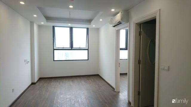 Từ hiện trạng trống trơn, căn hộ 81m² mặc chiếc áo tân cổ điển đẹp sang trọng với chi phí thi công 175 triệu ở Long Biên - Ảnh 1.