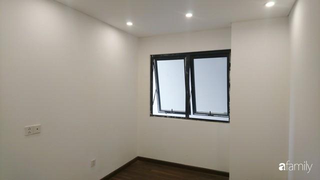 Từ hiện trạng trống trơn, căn hộ 81m² mặc chiếc áo tân cổ điển đẹp sang trọng với chi phí thi công 175 triệu ở Long Biên - Ảnh 2.
