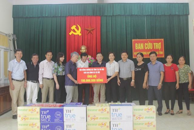 Trao 200 triệu đồng hỗ trợ người dân vùng rốn lũ Hà Tĩnh - Ảnh 1.