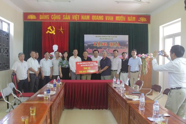 Trao 200 triệu đồng hỗ trợ người dân vùng rốn lũ Hà Tĩnh - Ảnh 2.