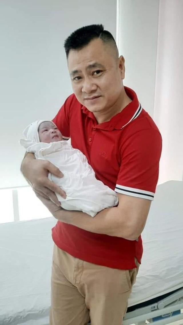 Vợ Tự Long xót con gái đầu ngủ phòng khách khi mẹ vừa sinh - Ảnh 2.