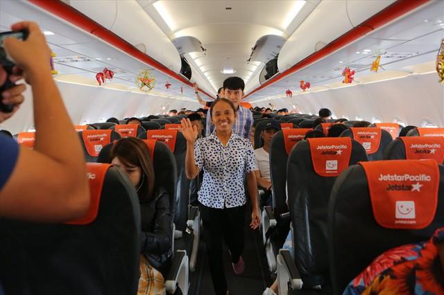 Tranh cãi việc bà Tân Vlog đưa bánh Trung thu siêu to lên máy bay Jetstar - Ảnh 1.