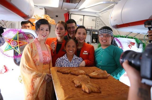 Tranh cãi việc bà Tân Vlog đưa bánh Trung thu siêu to lên máy bay Jetstar - Ảnh 2.