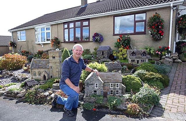 Đôi vợ chồng xây ngôi làng thu nhỏ trước nhà  - Ảnh 1.