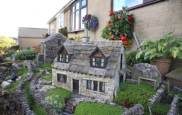 Đôi vợ chồng xây ngôi làng thu nhỏ trước nhà  - Ảnh 2.