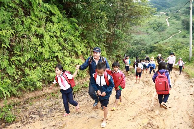 Về Tây Nguyên xem trẻ lội bùn, leo dốc, đội đèn đi học