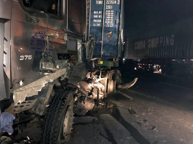 Hải Phòng: Mất lái, tài xế xe container gây tai nạn và mắc kẹt trong cabin - Ảnh 2.