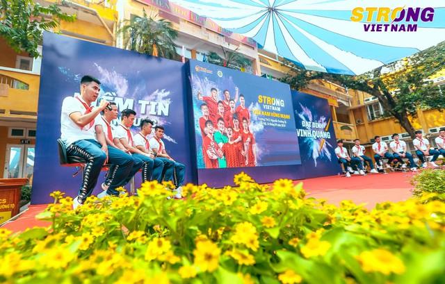Đình Trọng, Quang Hải tham gia chào cờ đầu tuần với học sinh trường THCS Nguyễn Trường Tộ - Ảnh 3.