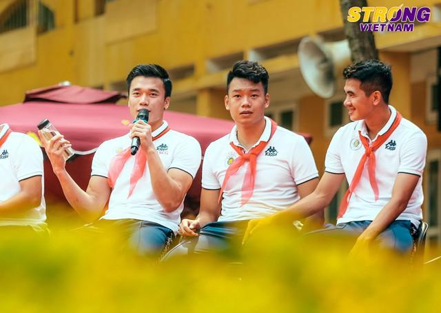 Đình Trọng, Quang Hải tham gia chào cờ đầu tuần với học sinh trường THCS Nguyễn Trường Tộ - Ảnh 2.