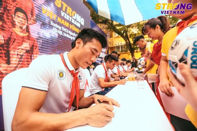 Đình Trọng, Quang Hải tham gia chào cờ đầu tuần với học sinh trường THCS Nguyễn Trường Tộ - Ảnh 4.