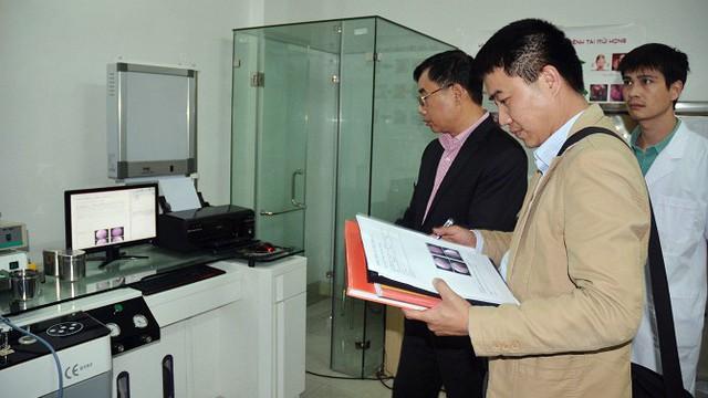 Phòng khám do bác sĩ bệnh viện thuộc Bộ Công an phụ trách bị phạt do hoạt động không phép - Ảnh 1.