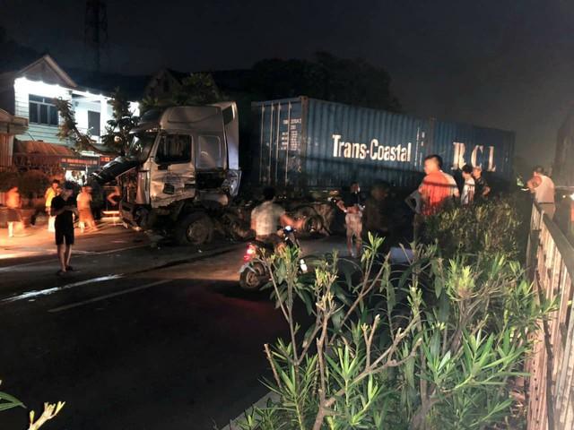 Hải Phòng: Mất lái, tài xế xe container gây tai nạn và mắc kẹt trong cabin - Ảnh 4.