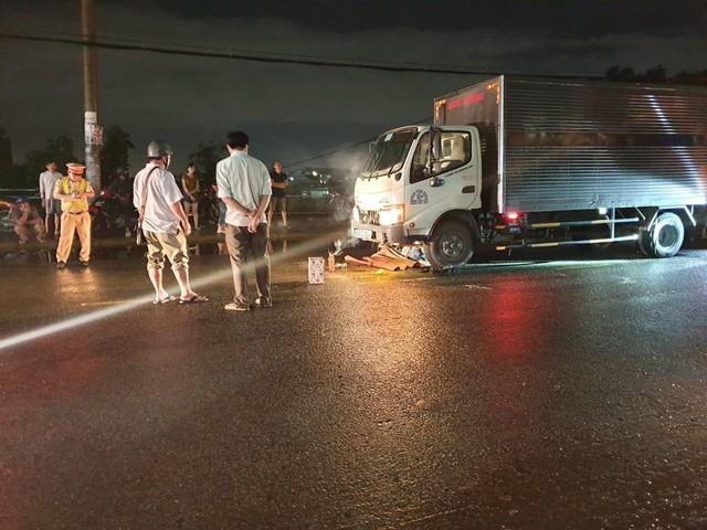 Va chạm xe máy trên đường, người đàn ông bị cuốn vào gầm xe tải tử vong - Ảnh 1.