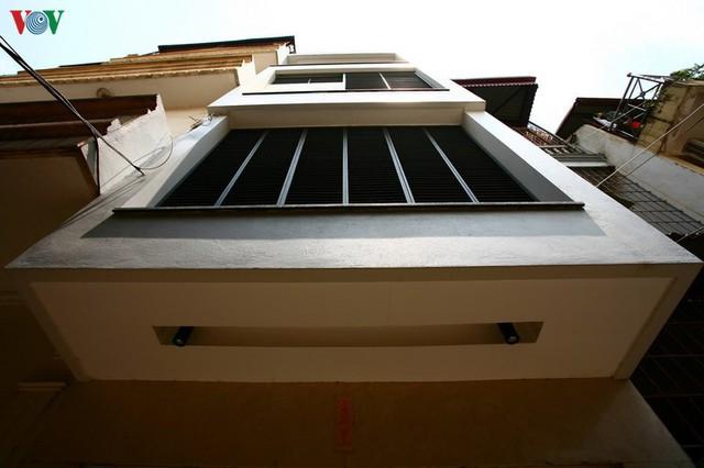 Ngôi nhà hướng tây nằm trong ngõ hẹp ở Hà Nội có thiết kế đẹp bắt mắt ngay từ lối vào - Ảnh 4.