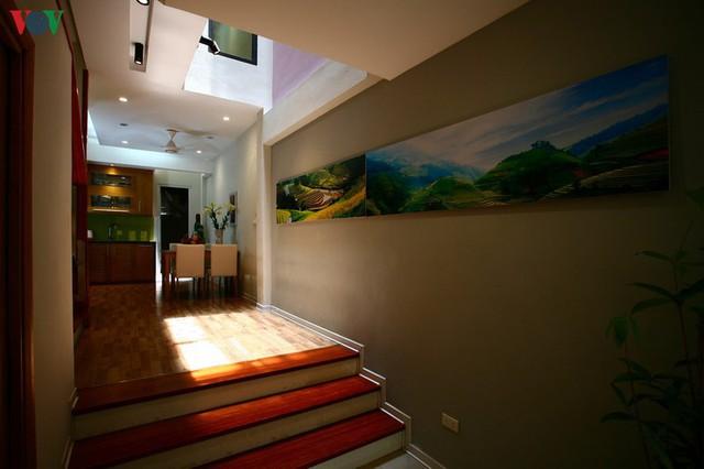 Ngôi nhà hướng tây nằm trong ngõ hẹp ở Hà Nội có thiết kế đẹp bắt mắt ngay từ lối vào - Ảnh 7.