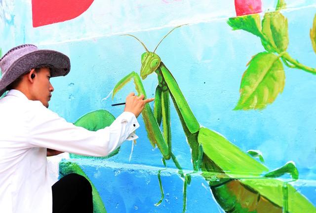 Ngôi làng giữa Hà Nội bỗng đẹp nao lòng bởi những bức tranh tường - Ảnh 2.