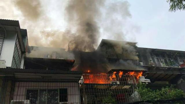 Hà Nội: Hàng trăm người hốt hoảng khi chuồng cọp tại KTT Kim Liên bốc cháy dữ dội - Ảnh 1.