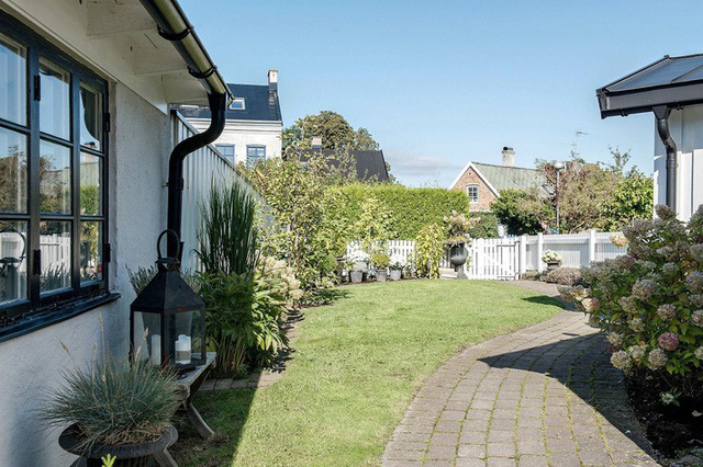 Ngôi nhà vườn với những góc nhìn chan hòa ánh nắng và cây xanh ở chốn ngoại ô trong lành - Ảnh 1.