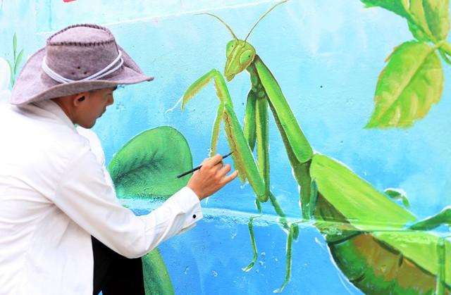 Đột nhập làng bích họa đẹp nao lòng đầu tiên ở Hà Nội khiến nhiều người mê mẩn - Ảnh 12.