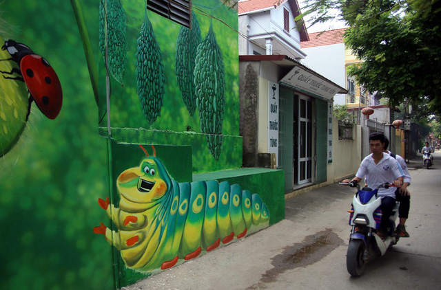 Đột nhập làng bích họa đẹp nao lòng đầu tiên ở Hà Nội khiến nhiều người mê mẩn - Ảnh 2.