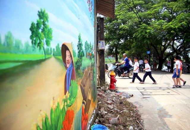 Đột nhập làng bích họa đẹp nao lòng đầu tiên ở Hà Nội khiến nhiều người mê mẩn - Ảnh 6.