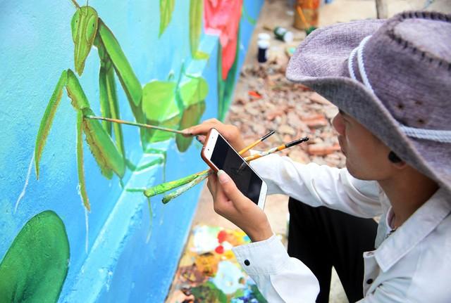 Đột nhập làng bích họa đẹp nao lòng đầu tiên ở Hà Nội khiến nhiều người mê mẩn - Ảnh 13.