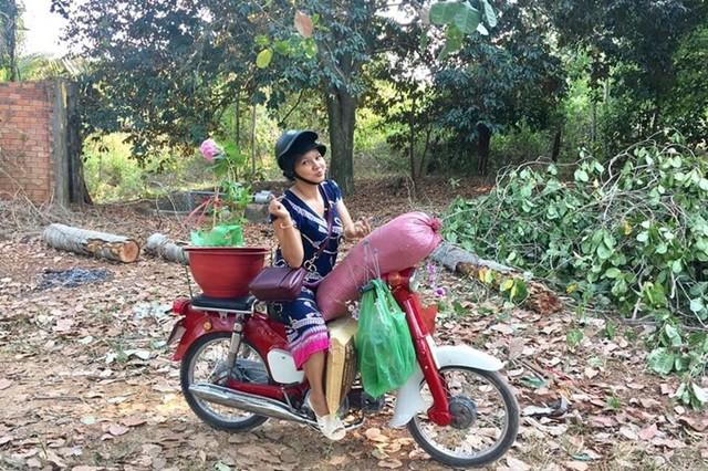 Nữ hoàng cảnh nóng Việt Nam để mặt mộc lộ rõ dấu hiệu tuổi tác đi chăm vườn cây 5000 m2 đầy hoa thơm - Ảnh 1.
