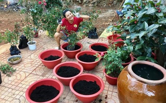 Nữ hoàng cảnh nóng Việt Nam để mặt mộc lộ rõ dấu hiệu tuổi tác đi chăm vườn cây 5000 m2 đầy hoa thơm - Ảnh 2.
