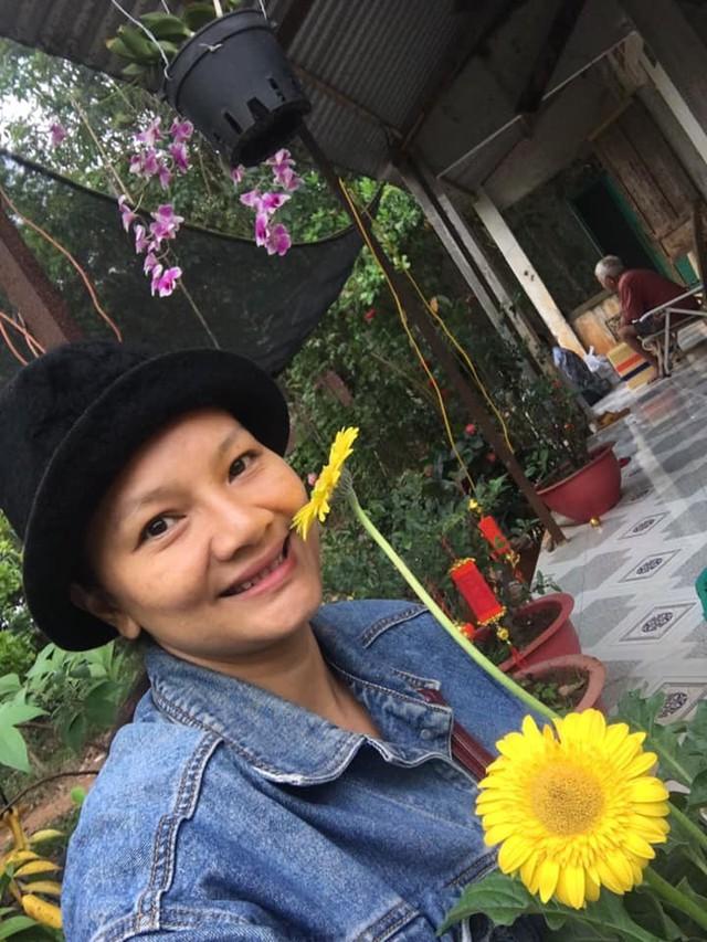 Nữ hoàng cảnh nóng Việt Nam để mặt mộc lộ rõ dấu hiệu tuổi tác đi chăm vườn cây 5000 m2 đầy hoa thơm - Ảnh 7.
