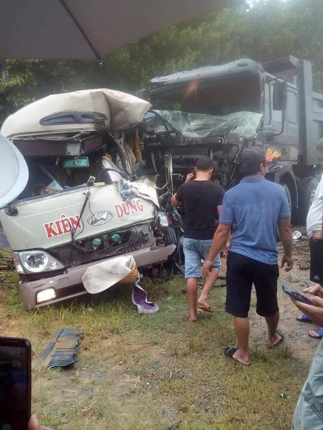 Tai nạn nghiêm trọng tại Phú Thọ: Xe khách va chạm xe tải, gần 10 người nhập viện cấp cứu - Ảnh 2.