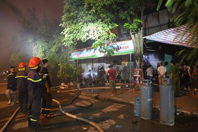 Hà Nội: Dùng máy xúc phá tường khống chế bà hỏa tại nhà xưởng rộng hàng trăm mét - Ảnh 1.