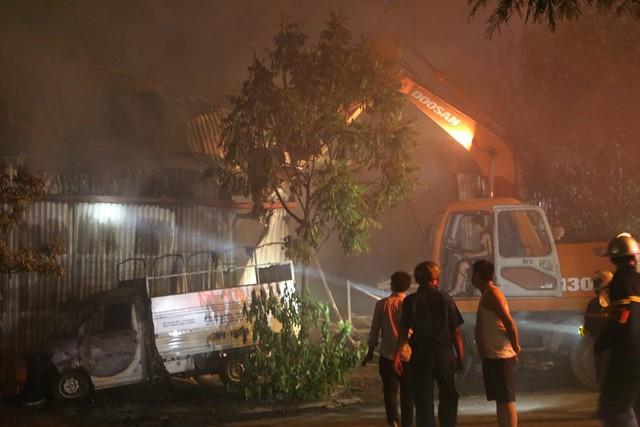 Hà Nội: Dùng máy xúc phá tường khống chế bà hỏa tại nhà xưởng rộng hàng trăm mét - Ảnh 2.