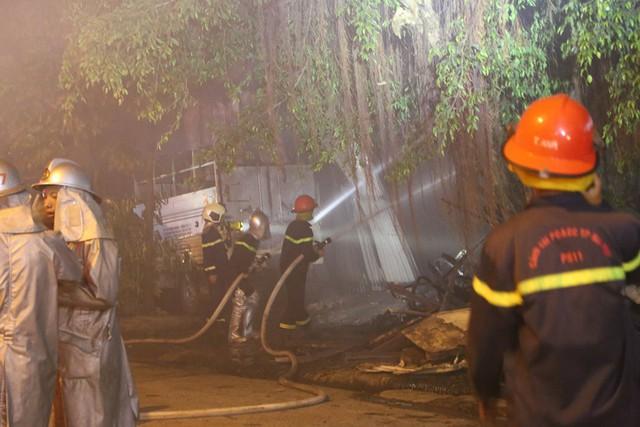 Hà Nội: Dùng máy xúc phá tường khống chế bà hỏa tại nhà xưởng rộng hàng trăm mét - Ảnh 3.