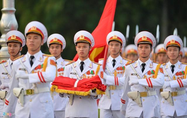Nghi lễ thượng cờ ở Lăng Chủ tịch Hồ Chí Minh - Ảnh 1.