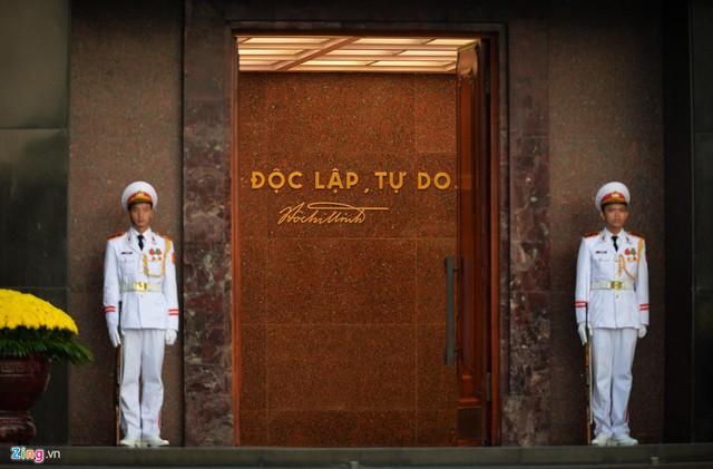 Nghi lễ thượng cờ ở Lăng Chủ tịch Hồ Chí Minh - Ảnh 3.