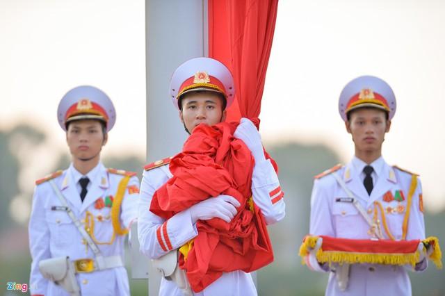 Nghi lễ thượng cờ ở Lăng Chủ tịch Hồ Chí Minh - Ảnh 5.