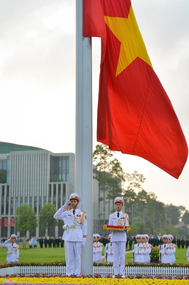 Nghi lễ thượng cờ ở Lăng Chủ tịch Hồ Chí Minh - Ảnh 6.