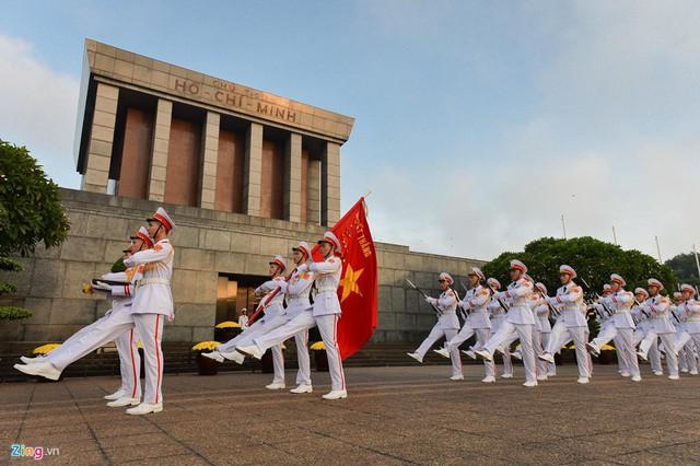 Nghi lễ thượng cờ ở Lăng Chủ tịch Hồ Chí Minh - Ảnh 8.