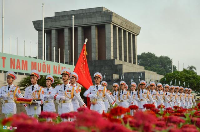 Nghi lễ thượng cờ ở Lăng Chủ tịch Hồ Chí Minh - Ảnh 9.