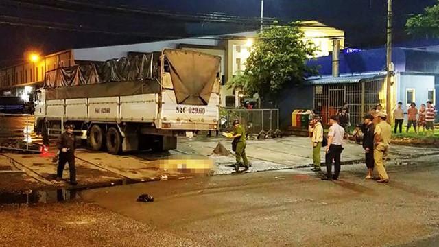 Xe tải cán chết người phụ nữ gần chợ đầu mối Bình Điền - Ảnh 1.