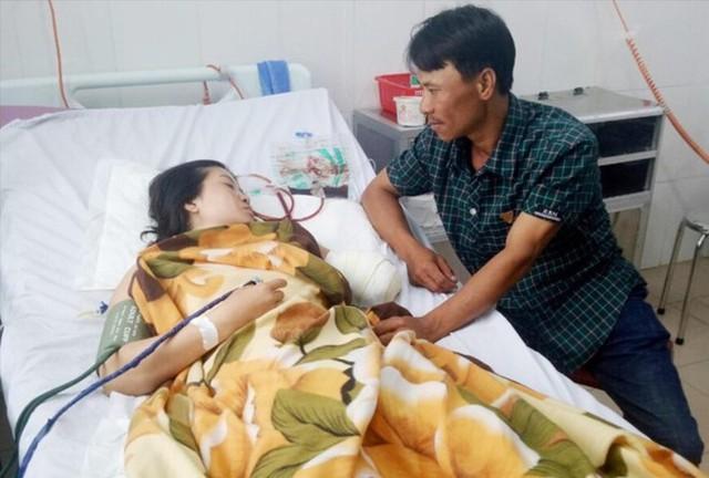 Cô giáo mất cánh tay khi vượt 130 km đến trường - Ảnh 1.
