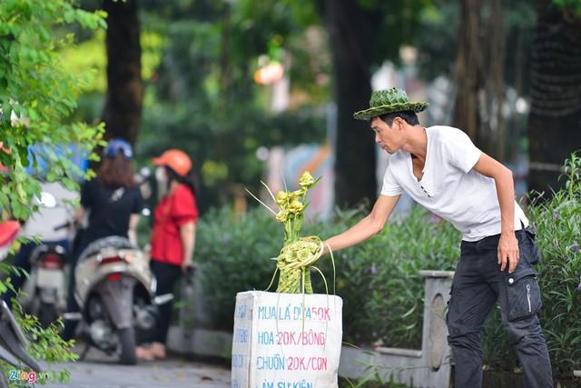 Kiếm tiền triệu mỗi ngày từ nghề đan lá dừa - Ảnh 1.