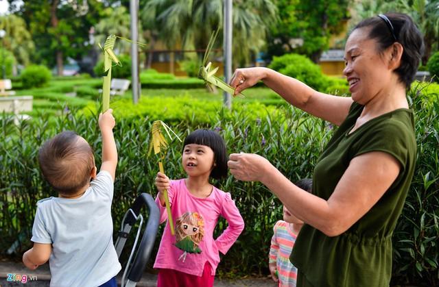 Kiếm tiền triệu mỗi ngày từ nghề đan lá dừa - Ảnh 13.
