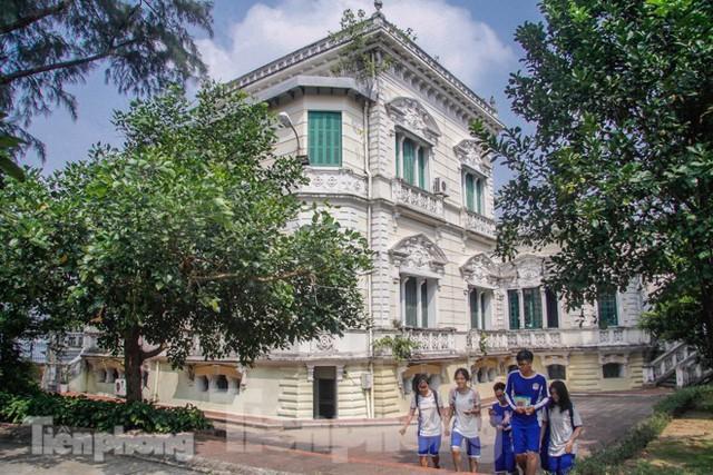 Vẻ đẹp của thư viện nằm trong biệt thự hơn 100 tuổi - Ảnh 1.