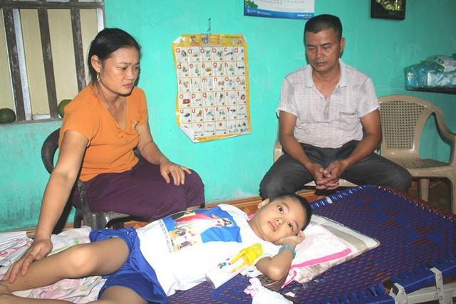 Xé lòng câu nói của con trai 8 tuổi mắc bệnh ung thư máu và mong ước của hai vợ chồng nghèo - Ảnh 2.